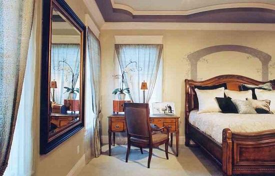 Установка зеркала в простенке между окнами в спальне