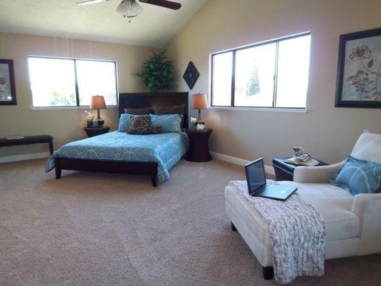 Расположение кроватей по диагонали в спальне с двумя окнами