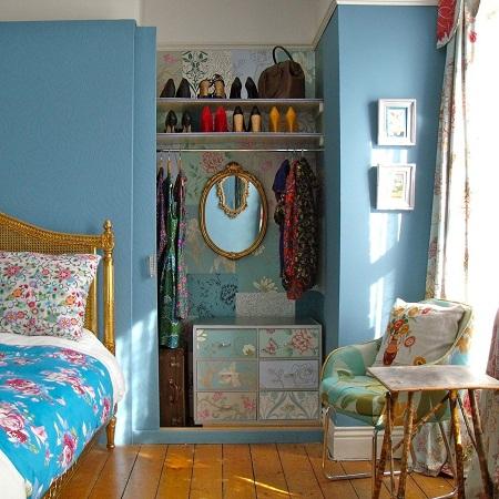 Установка полочек в небольшой нише в спальне
