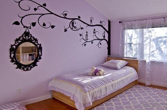 Декоративное оформление зеркала при помощи рисунка на стене в спальне