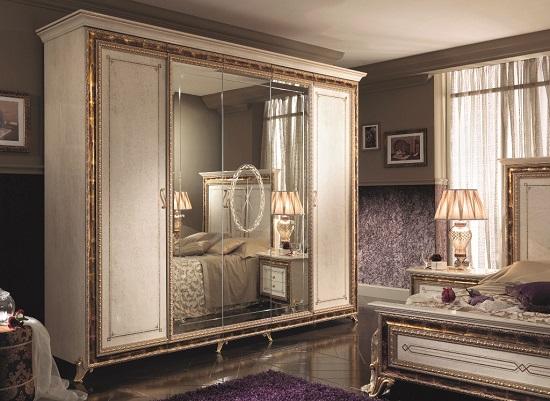 Установка в спальне распашного шкафа с зеркалом
