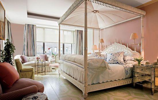 Романтический интерьер спальни в розово-белых тонах