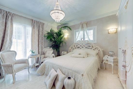 Оформление спальни в светлых бежевых тонах
