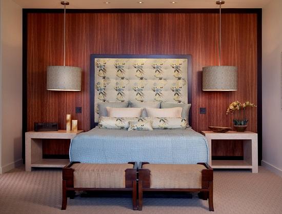 Выбор тумбочек одной высоты с кроватью в спальне