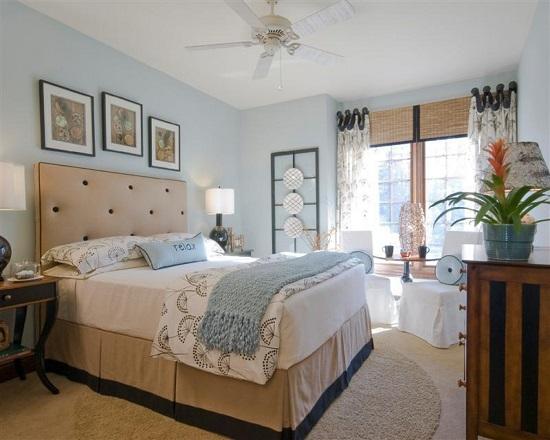 Нежно-голубая отделка спальни в сочетании с бежевой мебелью