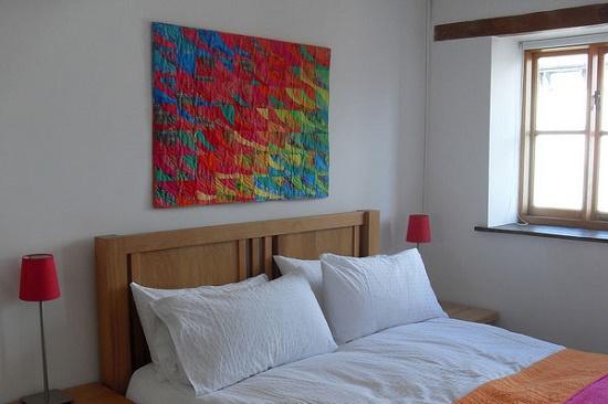 Яркое абстрактное панно-картина над кроватью в спальне