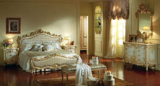 Мебель с позолотой в интерьере спальни барокко