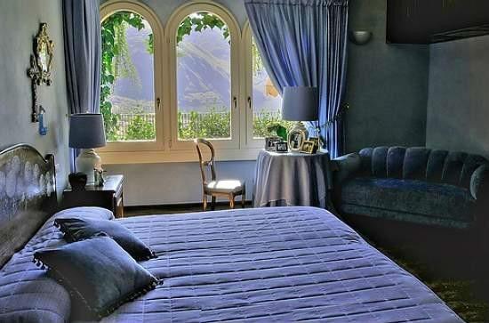 Декоративное оформление стены с имитацией проема в спальне без окна