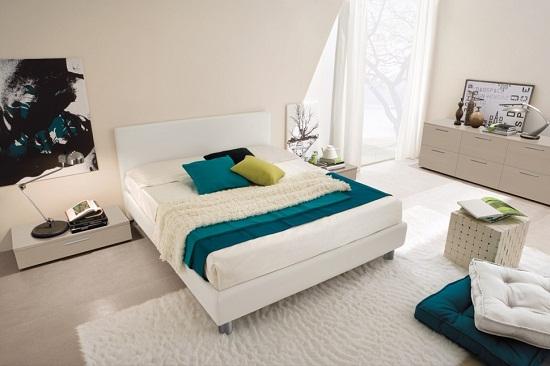 Белая спальня с акцентом на яркие элементы текстиля