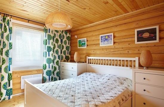 Отделка блок-хаусом спальни в деревянном доме
