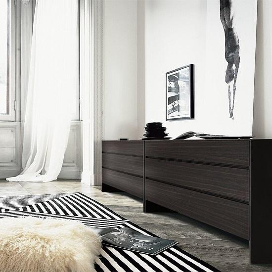 Длинный вместительный комод в интерьере спальни