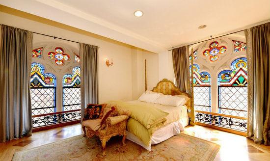 Красивое оформление окон спальни витражами