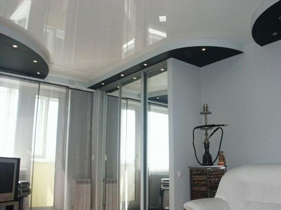 Черно-белый глянцевый потолок в интерьере спальни