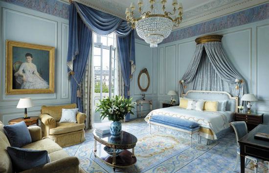 Голубой с золотом интерьер спальни в классическом стиле