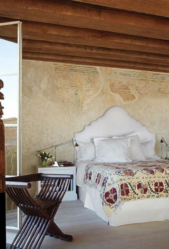 Теплые тона в оформлении интерьера спальни в греческом стиле