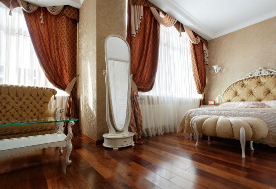 Классическая спальня с напольным паркетным покрытием из дерева
