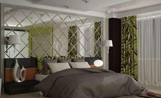 Зеркальная стена у изголовья кровати в спальне