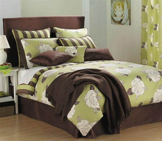 Декоративное оформление спальни в коричнево-зеленых тонах