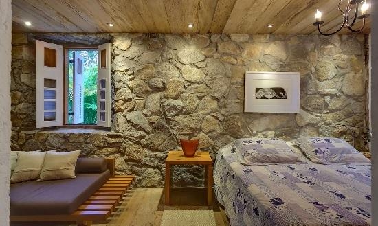 Использование искусственного камня для отделки стен спальни