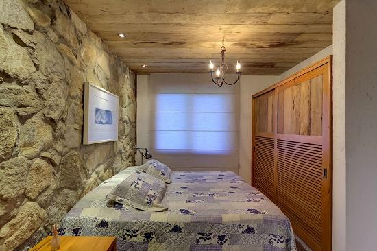Спальня с отделкой стены искусственным камнем