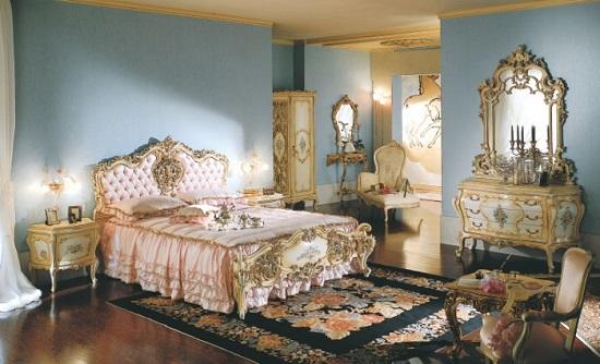Комод в классическом стиле с зеркалом в спальне