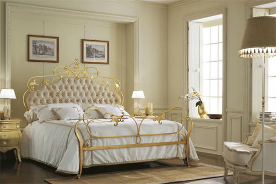 Кованая с позолотой кровать в интерьере белой спальни