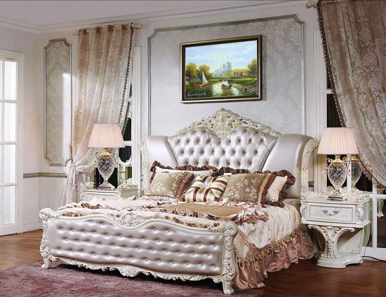 Кровать с кожаной обивкой в меблировке классической спальни