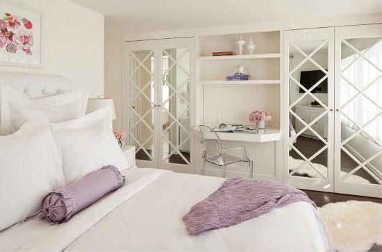 Встроенный рабочий стол в шкаф-гардеробную для спальни
