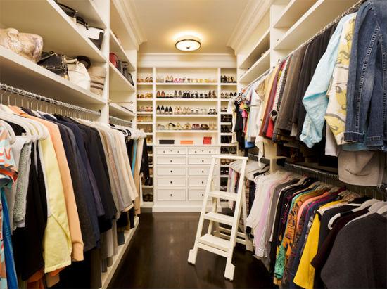 Стеллажи и полки в гардеробной комнате в помещении спальни