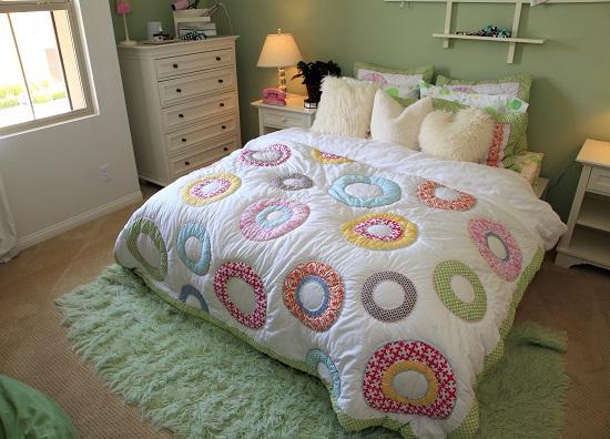 Небольшая спальня с вместительным комодом
