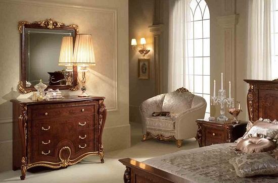 Единый дизайн кровати и комода с зеркалом в спальне