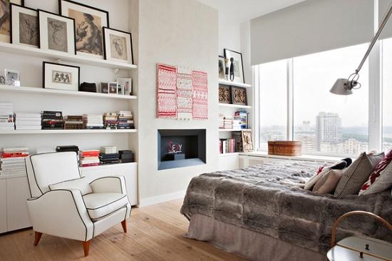 Современное кресло на высоких ножках в спальне