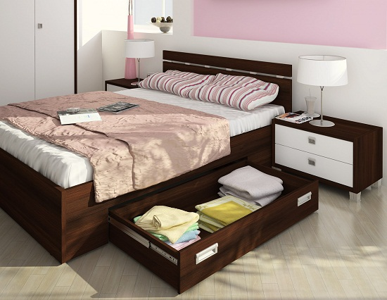 Установка в спальне кровати с выдвижными ящиками для белья