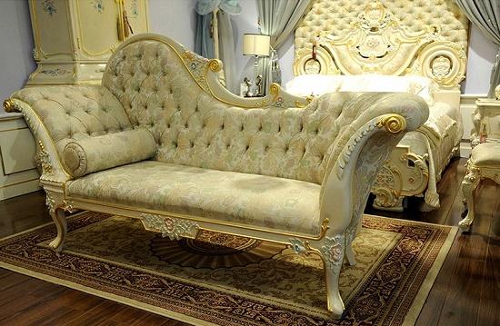 Мягкая мебель в виде кушетки со спинкой в спальне