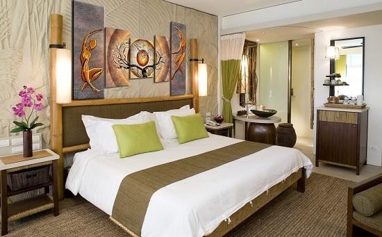 Декорирование стены спальни при помощи модульных картин