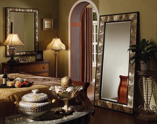 Напольное зеркало-псише на полу спальни