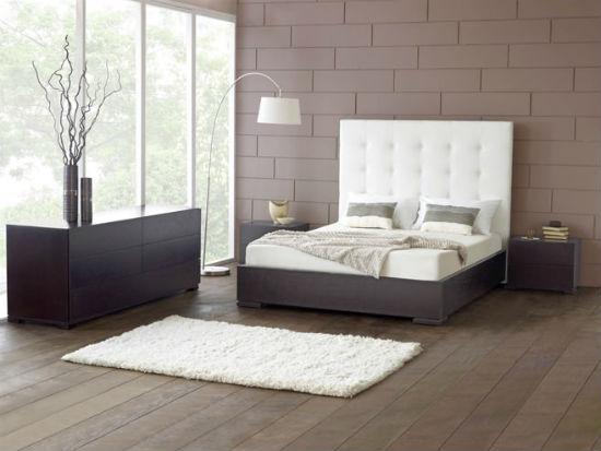 Светлая спальня в серо-коричневых тонах с панорамными окнами