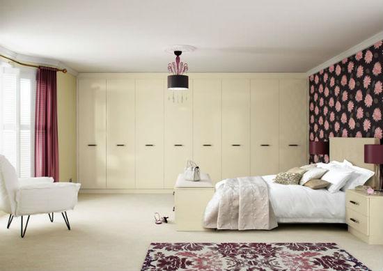 Встроенный на всю стену шкаф-гардеробная в спальне