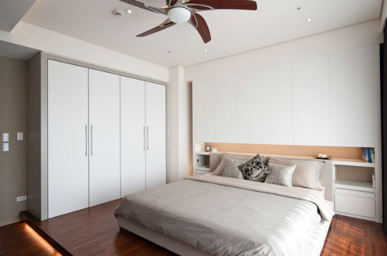 Неглубокий шкаф в качестве гардеробной для маленькой спальни