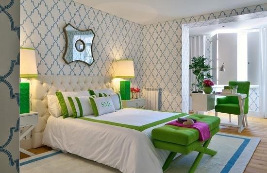 Отделка стен спальни обоями с геометрическим рисунком