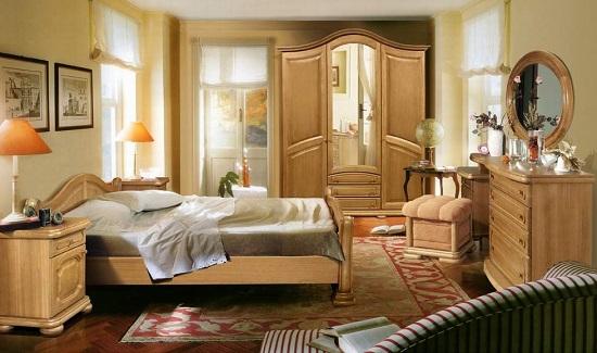 Размещение шкафа в простенке между двумя окнами в спальне