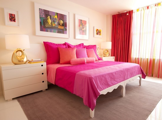 Изображения на картинах в одной цветовой гамме с оформлением интерьера спальни