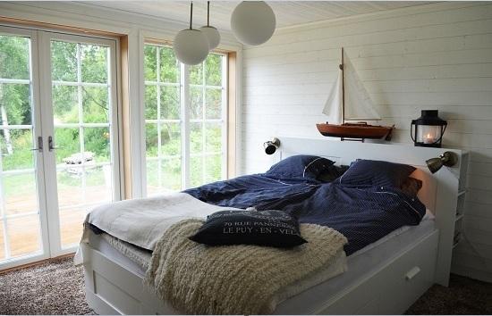 Окрашенная деревянная вагонка в отделке спальни морского стиля