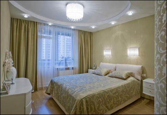 Точечное потолочное освещение в интерьере небольшой спальни