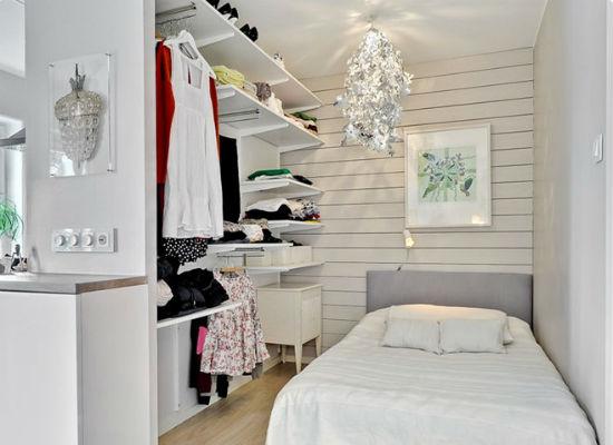 Открытая гардеробная в небольшой спальне для девушки