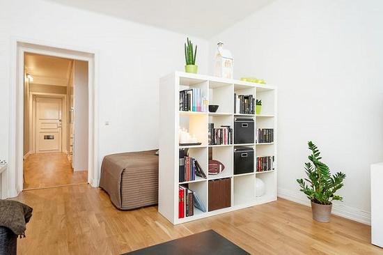 Использование открытого стеллажа для зонирования спальни гостиной