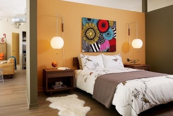 Размещение яркой абстрактной картины над кроватью в спальне