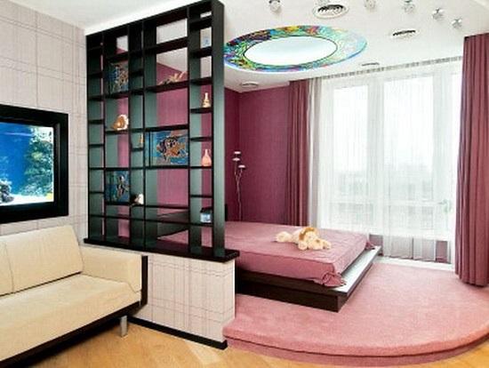 Зонирование пространства при помощи перегородки в спальне гостиной