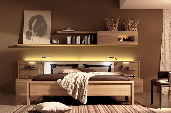 Полки с подсветкой над кроватью в спальне