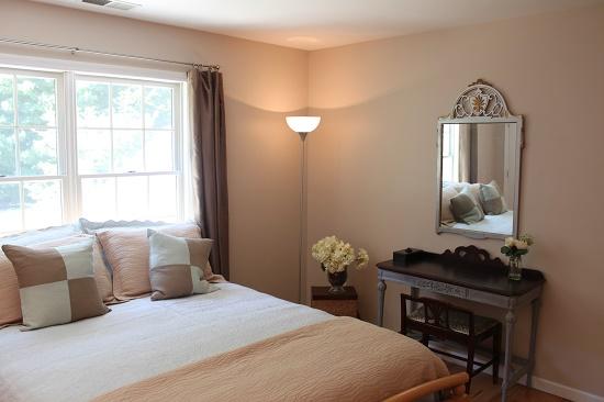 Отделка стен спальни гипсокартоном с последующим окрашиванием
